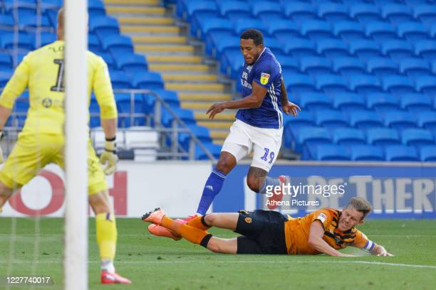 Nathaniel MendezLaing of Cardiff City avoids a tackle by Robbie McKenzie of Hull City during the Sky Bet Championship match between Cardiff City and...