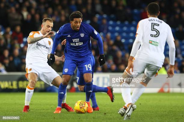 Nathaniel MendezLaing of Cardiff City is challenged by Kamil Grosicki of Hull City during the Sky Bet Championship match between Cardiff City and...
