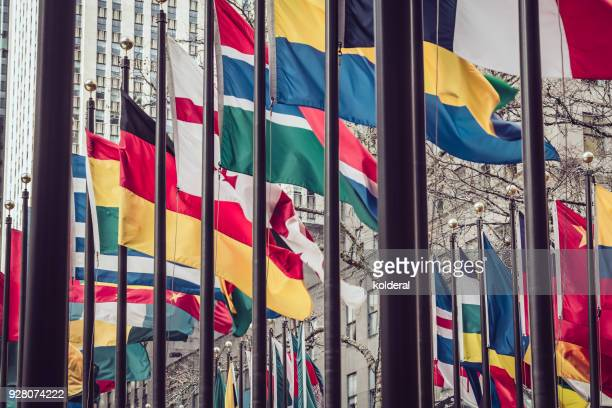 national ( state) flags in midtown manhattan - nations unies photos et images de collection
