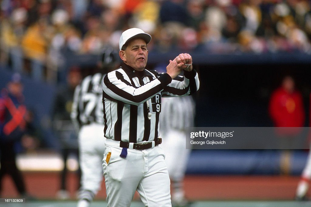 NFL Referee Jerry Markbreit : News Photo