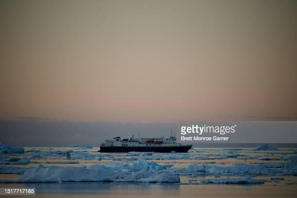 national geographic explorer - antarctic sound fotografías e imágenes de stock