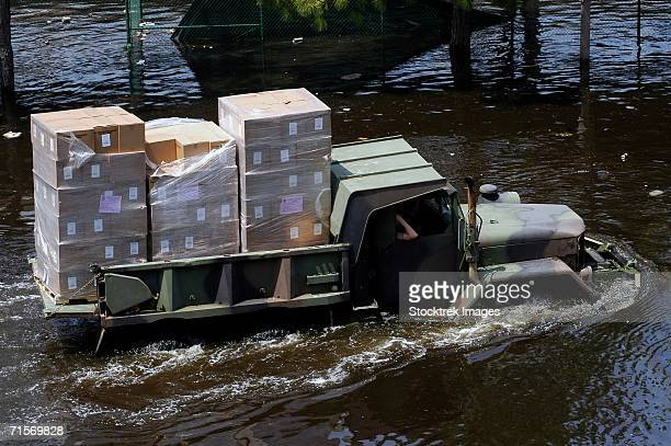 """""""a national guard m817 5-ton dump truck fords the floodwaters left by hurricane katrina to take supplies to the super dome in downtown new orleans, louisiana (la). """" - 危機管理 ストックフォトと画像"""