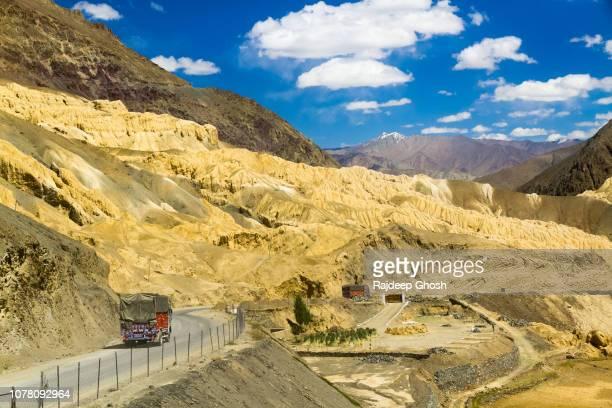 national highway one of india passing through ladakh valley - シルクロード ストックフォトと画像