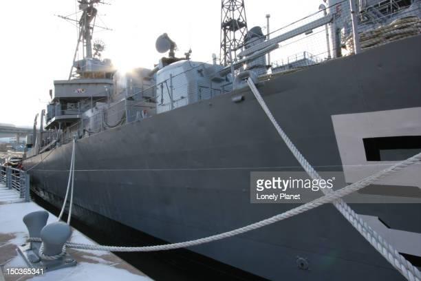 national historic landmark destroyer uss 'the sullivans' at naval and military park. - contratorpedeiro - fotografias e filmes do acervo