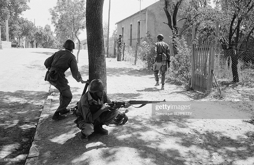 FLN ALN Troops Of Wilayah 4 Marching On Algiers In 1962 : Foto jornalística