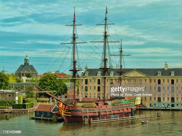 "national maritime museum and the replica of the three masted vessel ""amsterdam"" in the old harbor of amsterdam, netherlands - victor ovies fotografías e imágenes de stock"