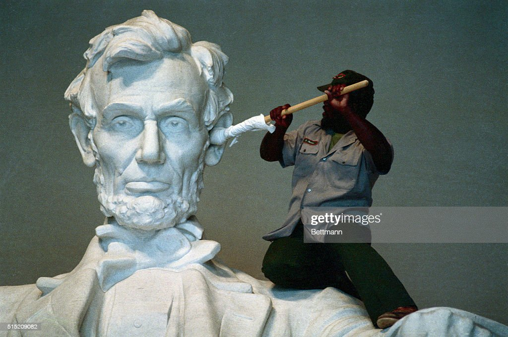 Workman Cleaning Ear of Lincoln by Daniel Chester French in the Lincoln Memorial : News Photo