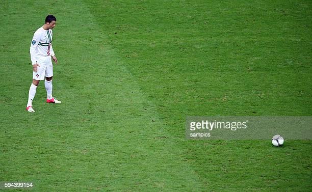 Cristiano Ronaldo Portugal Konzentration vor dem Freistoss Fussball EM 2012 Viertelfinale Tschechien Portugal UEFA EURO 2012 Quarterfinal Czech...