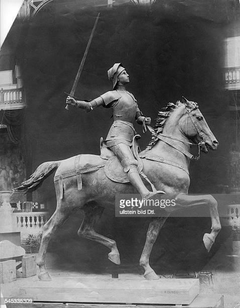*0610141230051431 Nationalheldin Frankreich Jeanne d'Arc als Reiterin mit Fahne Denkmal von Paul Dubois am Place du Parvis Reims 1903