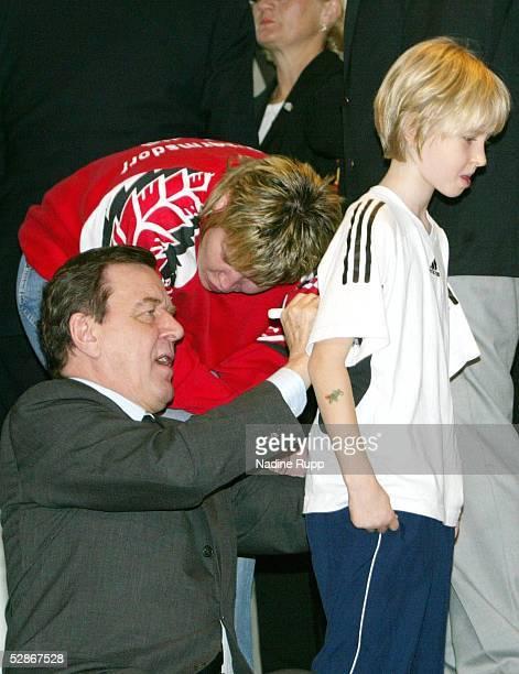 Nationalmannschaft Deutschland Berlin Empfang beim Bundeskanzler Gerhard Schroeder Gerhard SCHROEDER gibt Autogramme
