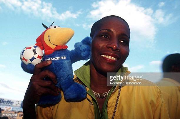 Nationalmannschaft JAMAIKA 09.11.97, Fussball Fan Jamaika mit Maskottchen FOOTIX - WM 1998 in FRANCE/Frankreich