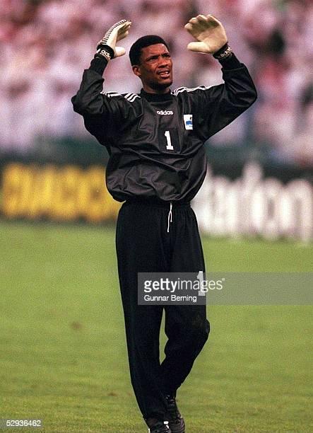 FUSSBALL Nationalmannschaft SAUDI ARABIEN 061197 Torwart Mohammed AL DEAYEA EINZELAKTION