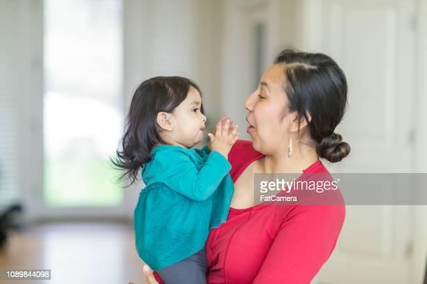 幼稚園児娘を保持しているネイティブ アメリカンのママ - ネイティブアメリカン ストックフォトと画像