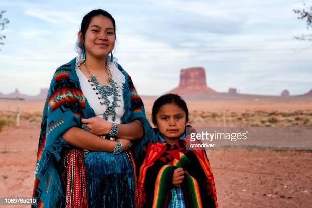 ネイティブ アメリカン ・ ナバホ若い兄と妹の記念碑の谷アリゾナ - ナバホ文化 ストックフォトと画像