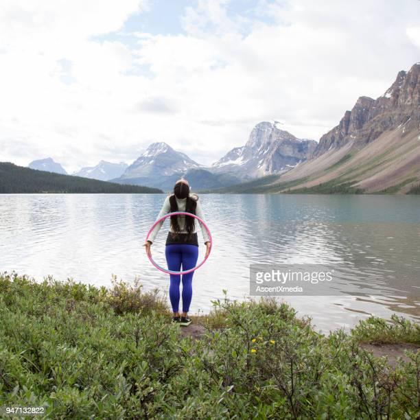 danças de mulher nativa americana com argolas, nas montanhas - arte, cultura e espetáculo - fotografias e filmes do acervo