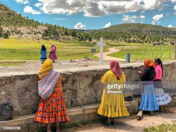 native tarahumara indians in creel - méxico fotografías e imágenes de stock