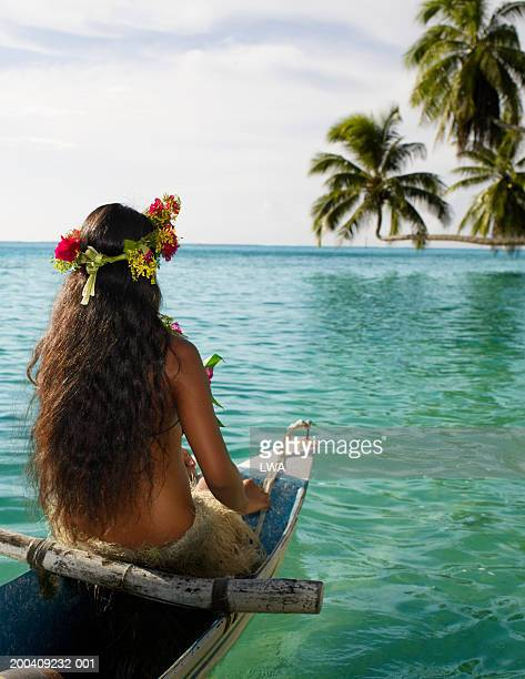 native woman in canoe, rear view - femme tahitienne photos et images de collection
