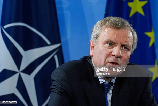 NATOGeneralsekretär Jaap de Hoop Scheffer während einer Pressekonferenz in Berlin