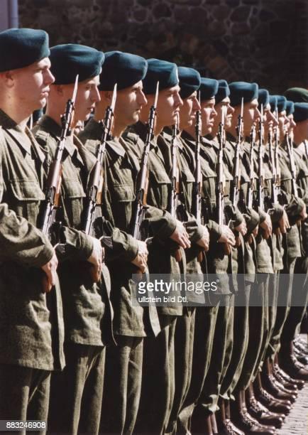 NatoManöver 'Cooperative Bridge 94' polnische Soldaten in Reih und Glied die Gewehre vor dem Körper