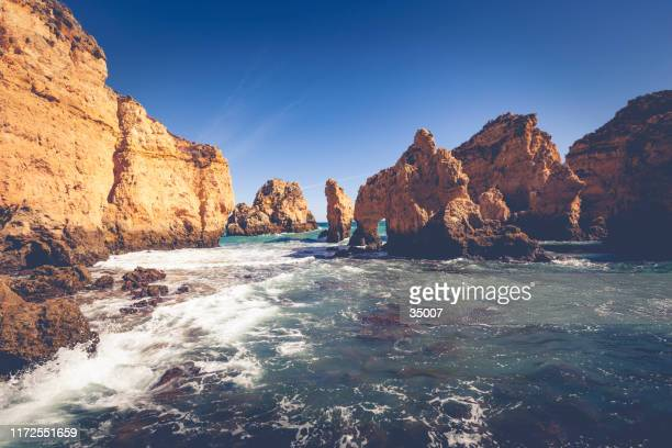 自然アーチ沿岸崖(ポンタ・ダ・ピエダーデ)、ラゴス、ポルトガル - ポルティマン ストックフォトと画像