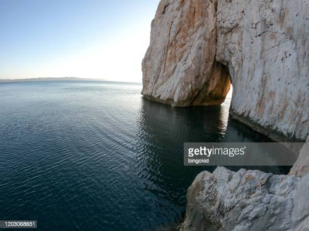 arco natural sobre el mar mediterráneo - cerdeña fotografías e imágenes de stock