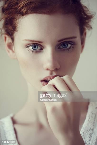 Schönheit Mädchen mit roten Haaren und blauen Augen
