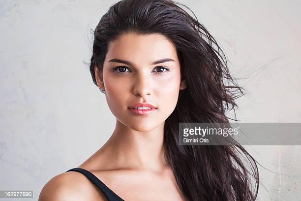 natural beauty portrait of young brunette woman - cabello castaño fotografías e imágenes de stock