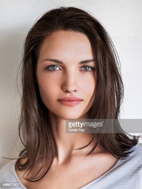natural beauty portrait of young brunette woman - brune aux yeux bleus photos et images de collection