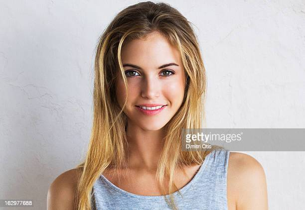 natural beauty portrait of young woman, smiling - jeune femme blonde photos et images de collection