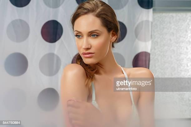 retrato de la belleza natural de hermosa mujer sensual joven en el baño - mirror steam fotografías e imágenes de stock