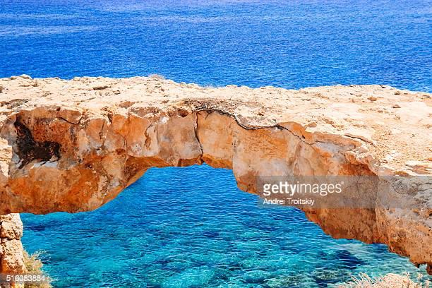 natural bridge next to the mediterranean sea near cape greko, ayia napa, cyprus - natuurlijke brug stockfoto's en -beelden