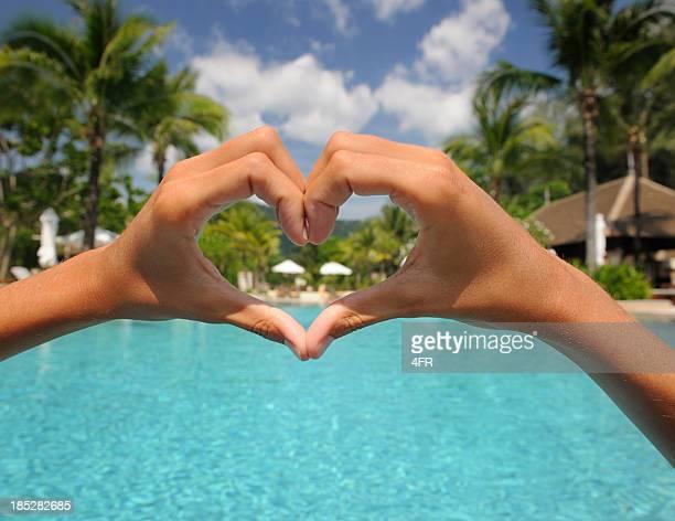 Natürliche weibliche Hand Herz mit Pool Hintergrund (XXXL