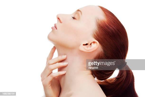 Natürliche Porträt einer jungen schönen Rotes Haar-Frau im Profil