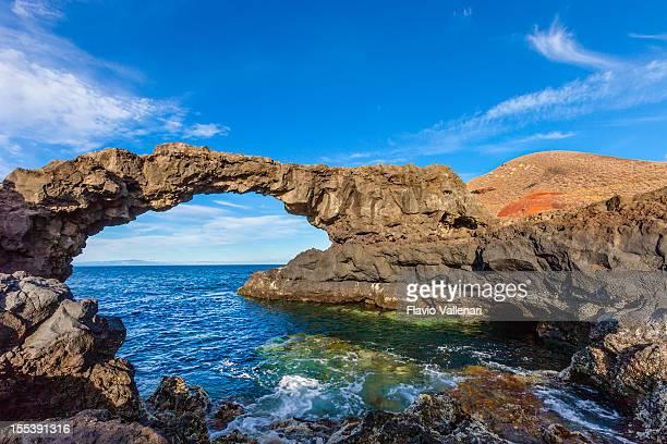 arco de piedra natural charco manso, el hierro, islas canarias - islas canarias fotografías e imágenes de stock