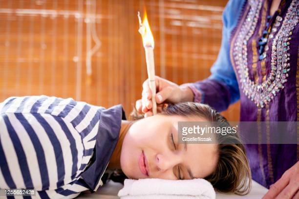 terapeuta natural usando cone para tratar paciente - hinduísmo - fotografias e filmes do acervo