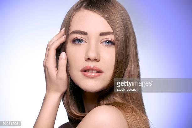 portrait de femme toucher le visage naturel