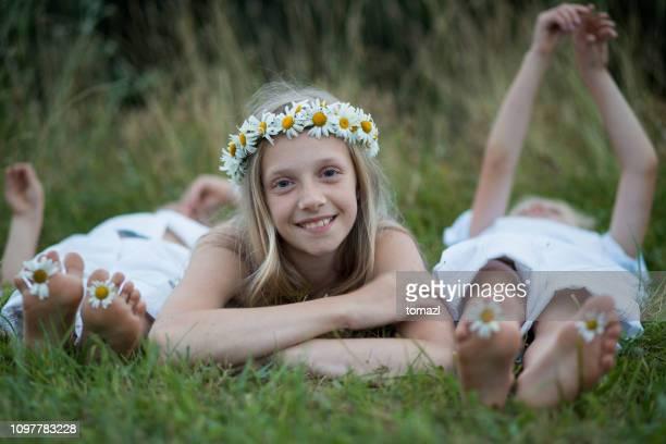 自然幸せな兄弟 - 花輪 ストックフォトと画像