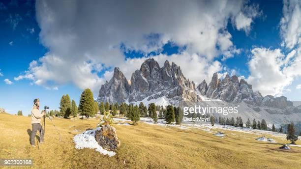 Southtirol、アルプスでグループ ・ デ ・ odle で三脚で自然写真家