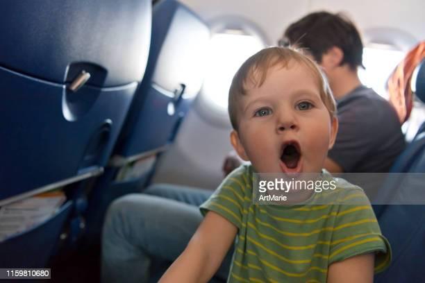 frecher junge, der mit dem flugzeug reist - reizen stock-fotos und bilder