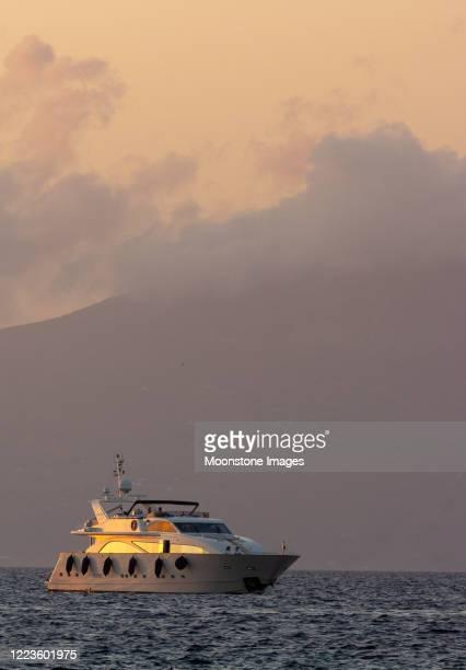 nautisch schip in mykonos, griekenland - ver a hora stockfoto's en -beelden