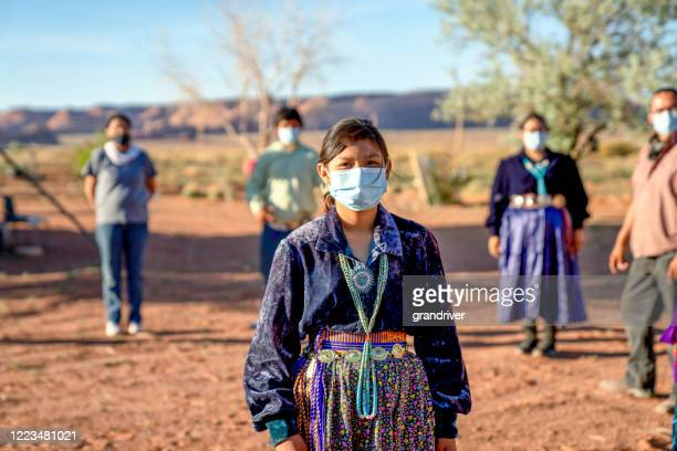 una familia navajo practicando el distanciamiento social, usando máscaras durante la pandemia del coronavirus - cultura indígena fotografías e imágenes de stock