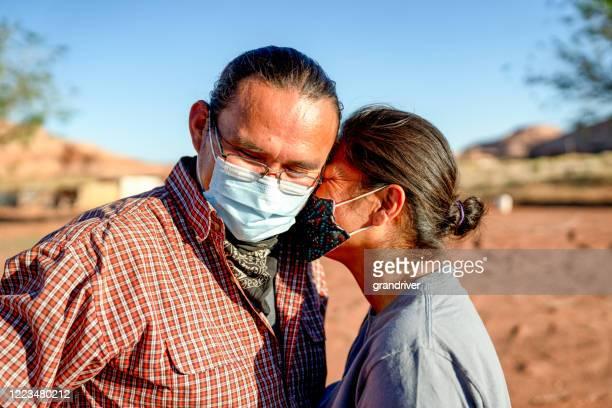 ナバホの夫は失われた仕事と収入のために彼の妻を慰める, covid19 シャットダウン - ナバホ文化 ストックフォトと画像