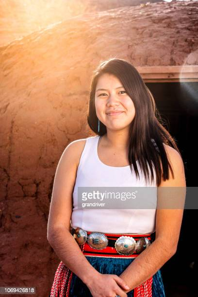 navajo indianer teenager-mädchen outdoor portrait - navajo kultur stock-fotos und bilder
