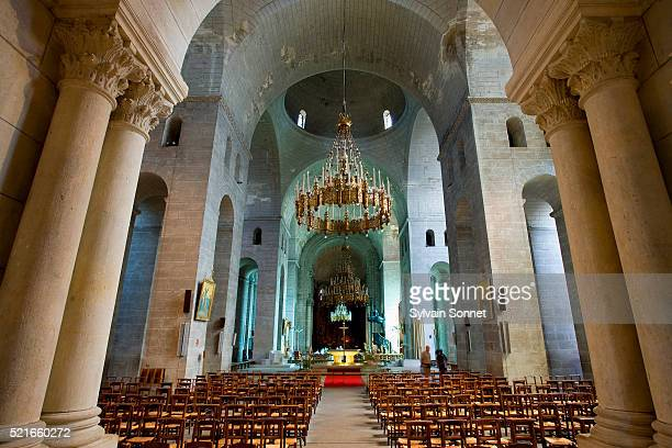 nave in perigueux cathedral - ペリグー ストックフォトと画像