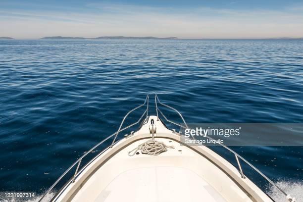 navigating towards ons island - navio imagens e fotografias de stock