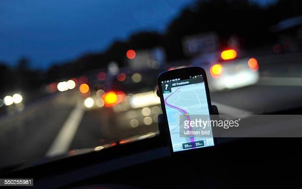 Navigationsystem auf einem Smartphone lotst durch den dichten Verkehr auf der Stadtautobahn A115 Berlin