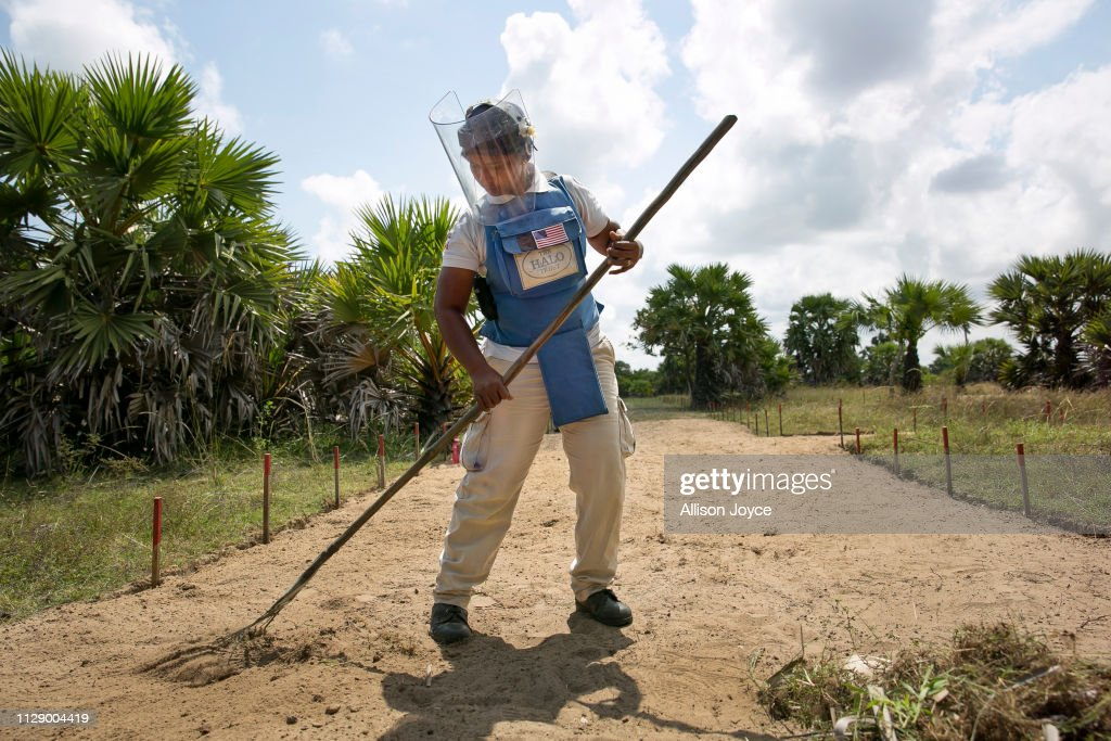 Sri Lankan Women War Survivors Work As De-Miners After The Civil Conflict : News Photo