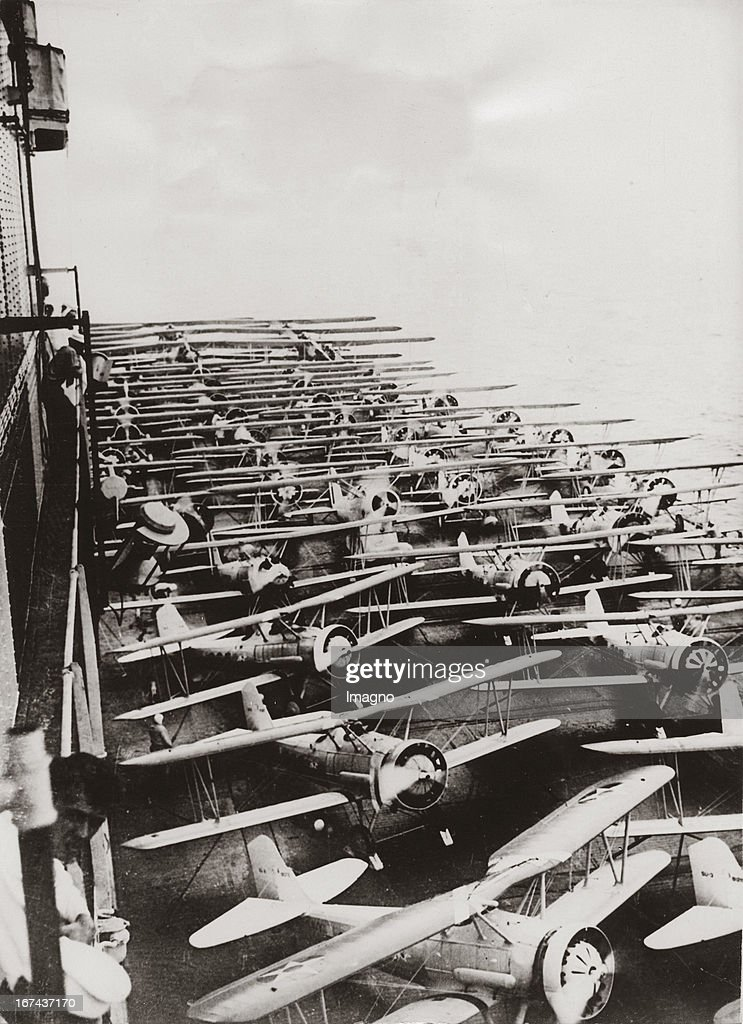 Navy aeroplanes on deck of the aicraft carrier SARATOGA during the american naval exercises near the coast of Virginia. About 1930. Photograph. (Photo by Imagno/Getty Images) Marineflugzeuge auf dem Deck des Flugzeugmutterschiffes SARATOGA bei den amerikanischen Flottenmanövern vor der Küste von Virginia. Um 1930. Photographie (press print). 20,5 : 14,8 cm