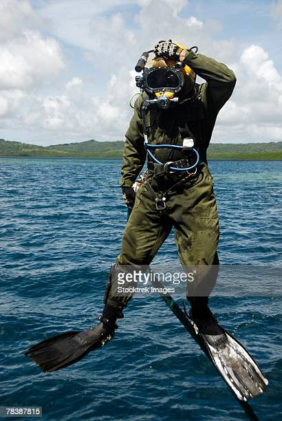 u.s. navy diver - scaphandrier casque photos et images de collection