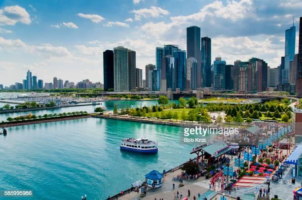 navy pier and skyline - ミシガン湖 ストックフォトと画像